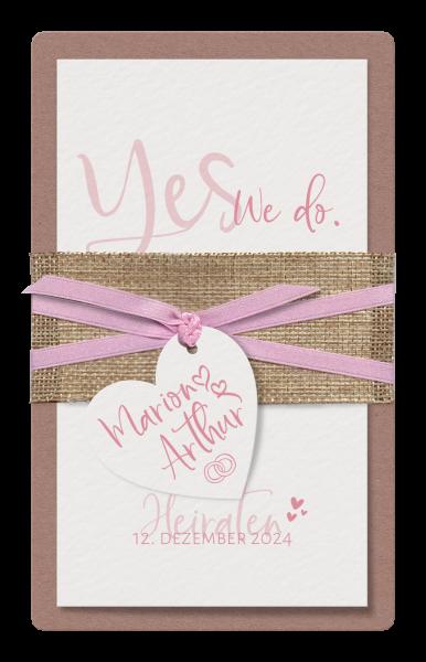 Stilvolle Hochzeitskarte mit Herzanhänger